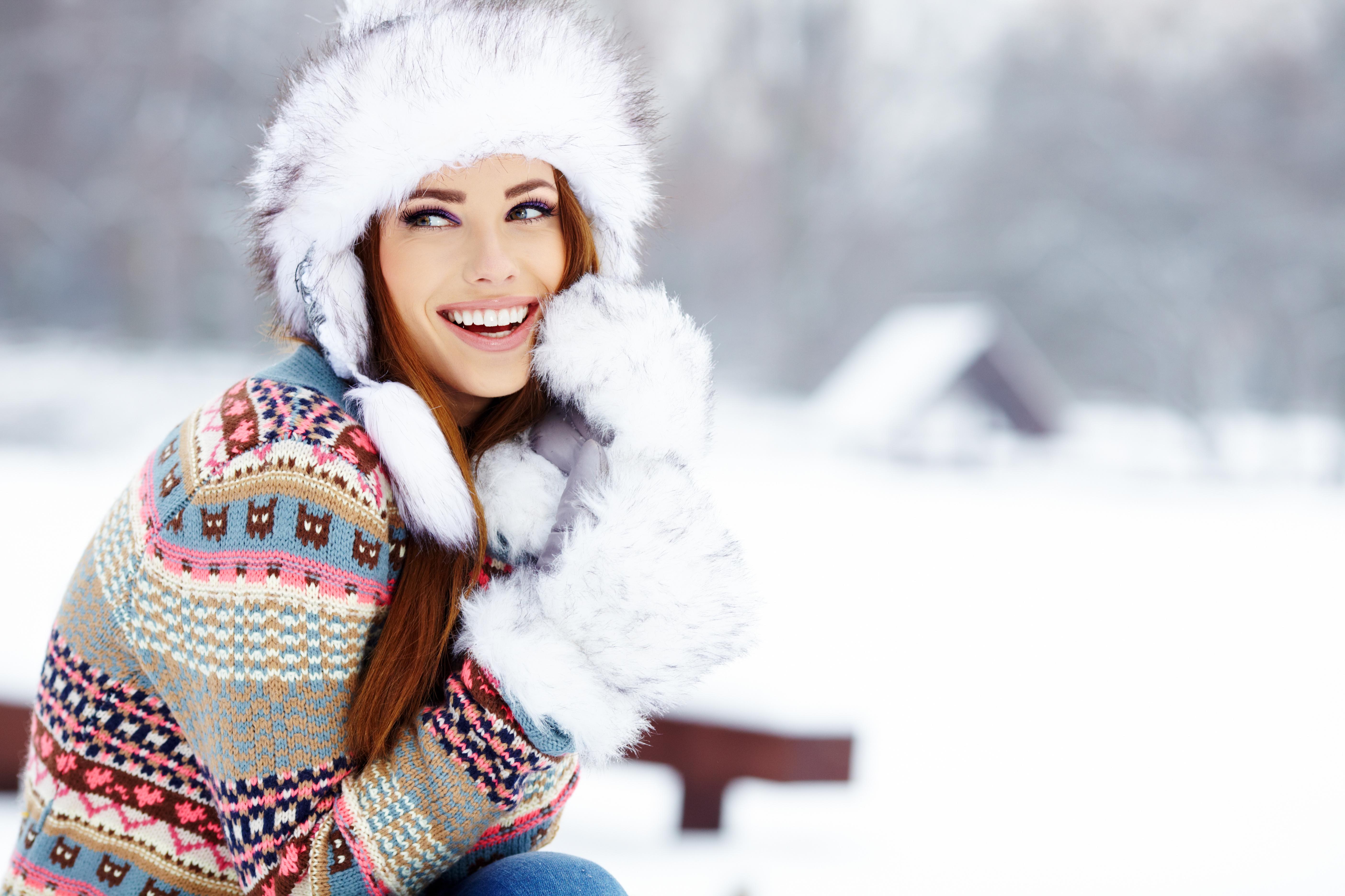 520947_vzglyad_sneg_rukavitsyi_zima_dom_devushka_shapka_s_5616x3744